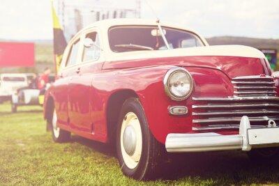 Fototapeta Retro samochód zaparkowany na trawie