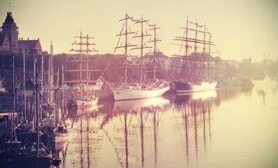 Fototapeta Retro stonowanych zdjęcie żaglowców na wschód słońca.