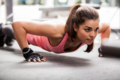 Fototapeta Robi kilka pompek na siłowni