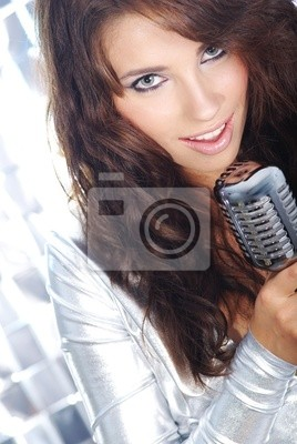 Fototapeta Rock star. Sexy Dziewczyna śpiewa w retro mic
