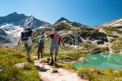 Fototapeta Rodzina z dzieckiem wędrówki na wakacjach w austriackich Alpach z jeziorem i Glacier View
