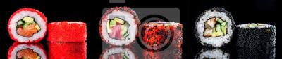 Fototapeta roll sushi z kawiorem na ciemnym tle z bliska