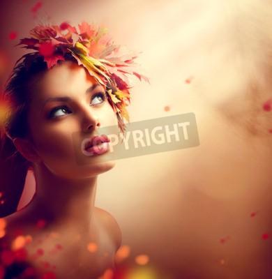 Fototapeta Romantyczna jesień dziewczyna z kolorowych żółtych i czerwonych liści na głowie