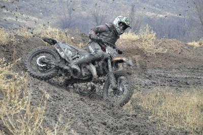 Fototapeta Rosja, Samara - 7 listopada 2010, motocross mistrzostwa regionalne, niezidentyfikowane wypadku jeźdźca, zakurzone utwór