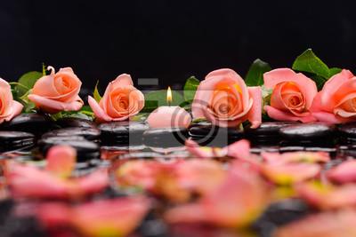 róża ze świecą i terapia kamieniami czarnego tła