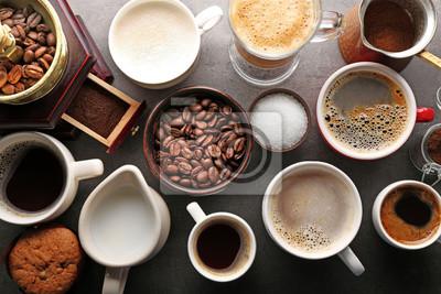 Różne rodzaje kawy w kubki na ciemnym stole, widok z góry