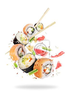 Fototapeta Różne świeże suszi rolki z chopsticks marznąć w powietrzu na białym tle
