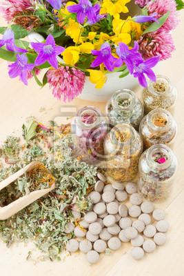 różne zioła lecznicze w szklanych butelkach, kwiaty bouqet w mort