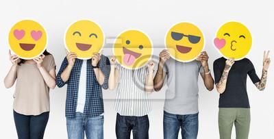 Fototapeta Różnorodni ludzie posiadający szczęśliwe emotikony