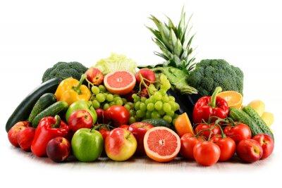 Fototapeta Różnorodność organicznych warzyw i owoców wyizolowanych na białym tle