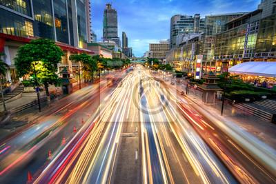 Fototapeta Ruchliwa ulica o zmierzchu, pełne smug światła samochodu