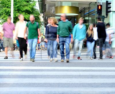 Ruchu rozmazany tłum przekraczania ulicy