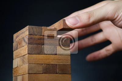 Fototapeta Ryzykiem i strategię, planowanie, ręcznie hazardu umieszczenie drewniany klocek na wieży. ciemne sygnału.