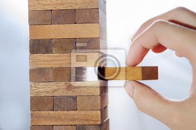 Fototapeta Ryzykiem i strategię, planowanie, ręcznie hazardu wyborze drewniany klocek na wieży.
