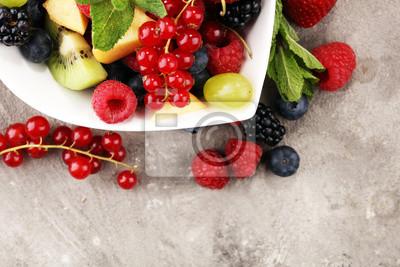 sałatka ze świeżych owoców i jagód. zdrowa, wiosenna sałatka owocowa