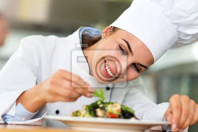 Fototapeta Samica kucharz w kuchni