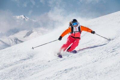Fototapeta Samica narciarz na zboczu w górach