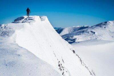 Fototapeta Samotnie wycieczkowicz na szczycie góry, człowiek na górze, człowiek w górach, góra górska góra góra, Walker w europejskich górach zimowych, symbol wolności człowiek, człowiek na górze