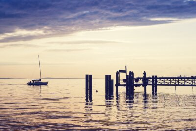 Fototapeta Samotny jacht, płynie do przystani nad jeziorem Constance (Bodensee). Vintage efekt.