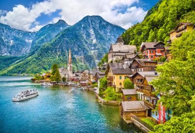 Fototapeta Scenic widok obraz-pocztówki słynnej górskiej miejscowości Hallstatt z jeziora Hallstatt w austriackich Alpach w regionie Salzkammergut, Austria