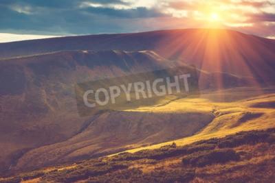 Fototapeta Scenic widoku z góry, jesień krajobraz z kolorowych wzgórz o zachodzie słońca.