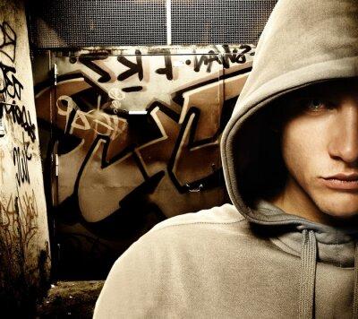 Fototapeta Schłodzić patrząc hooligan w graffiti malowane bramy