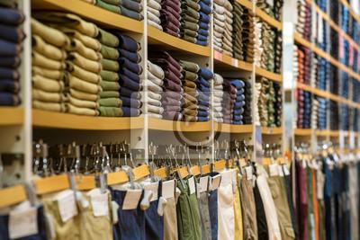 Fototapeta Schludne stosy składaną ubrania na półkach sklepowych