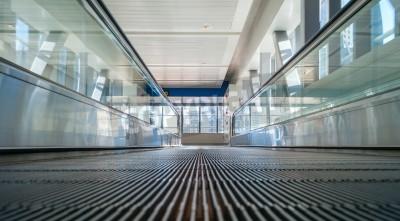 Fototapeta Schodów ruchomych stacji metra w Dubaju, w Zjednoczonych Emiratach Arabskich - widok z piętra
