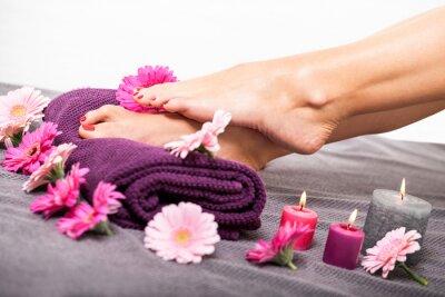 Fototapeta schöne gepflegte weibliche Füße mit Rotem nagellack