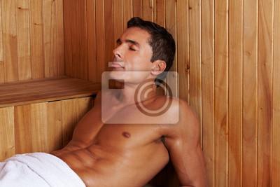 Schwitzender Mann w saunie