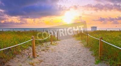 Fototapeta Ścieżka na piasku przechodząc do oceanu w Miami Beach na Florydzie o wschodzie słońca lub zachodzie słońca, piękna przyroda krajobraz, retro filtr vintage wygląd