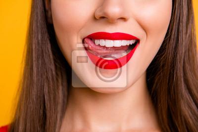 Fototapeta Seksowny kobiecy człowiek jeść koncepcja żywności. Połowa twarzy zdjęcie portret seksualnego niegrzeczne urocze wspaniałe piękne ładne usta z matowym szminką idealny kontur kształt na białym tle na ży