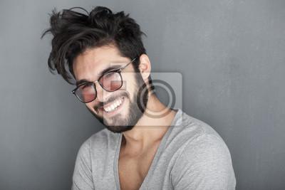 Fototapeta seksowny mężczyzna z brodą uśmiecha duża ścianę
