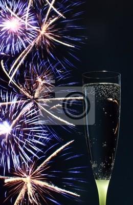 Sektglas und Feuerwerk