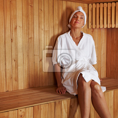 Seniorin entspannt w saunie