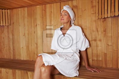 Seniorin erholt sich w saunie