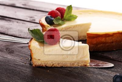 Fototapeta Sernik domowej roboty ze świeżych malin i mięty na deser - sernik zdrowe ciasto lato deser organiczny. Waniliowy Sernik