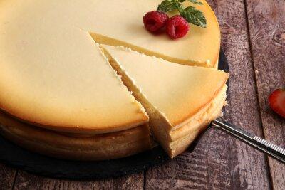 Fototapeta Sernik domowej roboty ze świeżych truskawek i mięty na deser - zdrowy organiczny deser czekoladowy deserowy sera. Tort Waniliowy Sera.