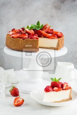 Fototapeta sernik z świeżych truskawek na białym stoisku ciasta