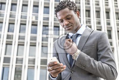 Serwis e-mail czarny biznesmen czytanie na inteligentnego pho