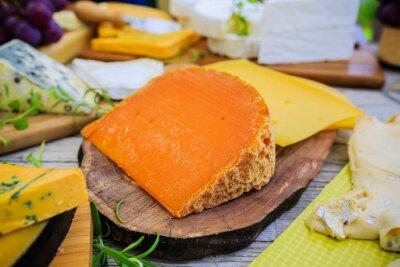 Fototapeta Sery - różne rodzaje sera na drewnianym stole
