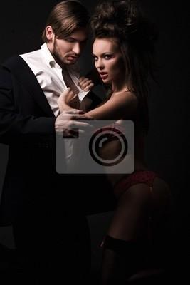 Sexy kobieta w czerwonej bieliźnie rozbieranie człowieka