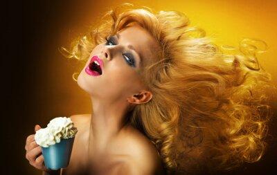 Fototapeta Sexy kobieta z filiżanką kawy