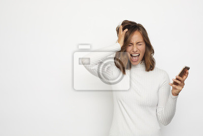 sfrustrowany portret młodej kobiety na telefon
