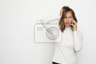 sfrustrowany portret młodej kobiety na telefon wygląda dobrze
