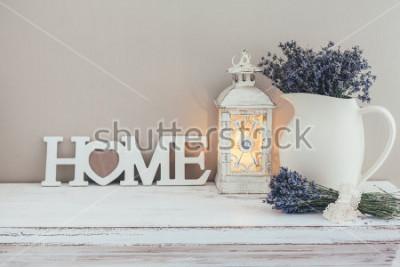 Fototapeta Shabby chic wnętrze na farmie. Lawenda w dzban, latarnia i drewniane litery na vintage półce nad pastelową ścianą. Décoracja domu provence.