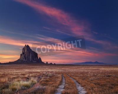 Fototapeta Shiprock, wielka góra wulkaniczna skała pustyni płaszczyzny Nowy Meksyk, USA
