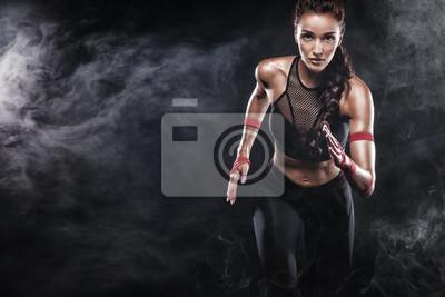 Fototapeta Silny atletyczny, kobieta sprinter, działa na czarnym tle, ubrany w sportowej, fitness i sport motywacji. Koncepcja Runner z kopii przestrzeni.