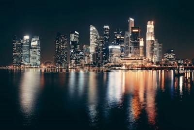 Fototapeta Singapur linia horyzontu przy nocą z miastowymi budynkami