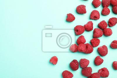 Fototapeta Skład płaski świeckich z dojrzałych malin aromatycznych na kolor tła